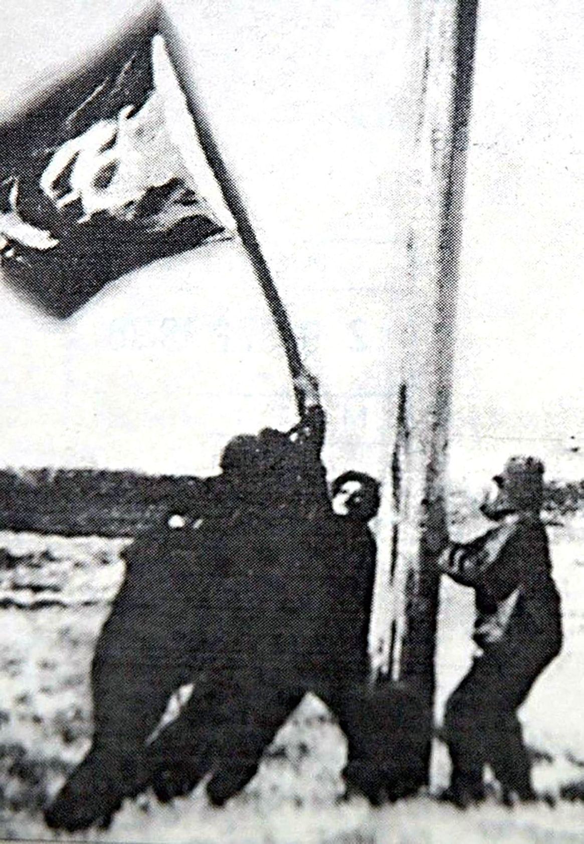 Los argentinos izaron la bandera en las islas(Crédito: Héctor Ricardo García/Diario Crónica)
