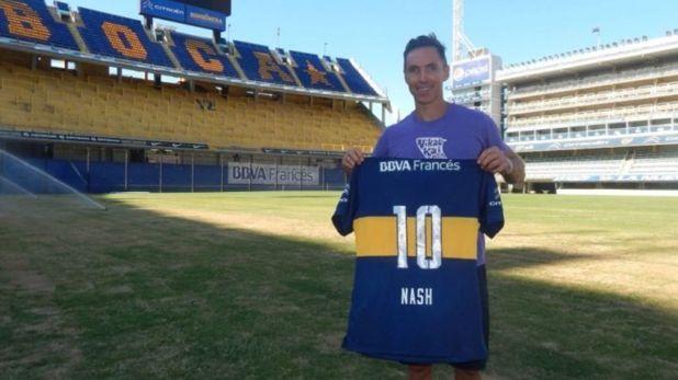 Steve Nash posando en la Bombonera con la camiseta de Boca personalizada en 2015 (Boca Juniors)
