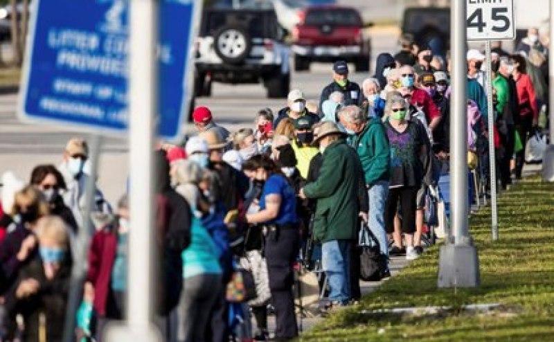 Medios locales de Florida advierten que los turnos para los residentes escasean mientras se conocen casos de turistas que acceden a la vacuna contra COVID-19 (REUTERS)