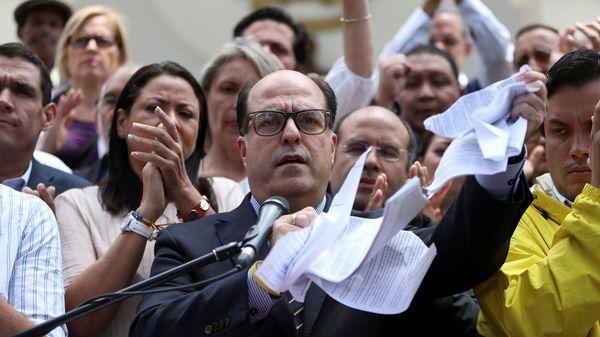 Julio Borges rompiendo la sentencia del TSJ (Reuters)