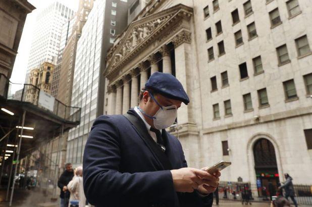 Un hombre pasa por la Bolsa de Valores de Nueva York (NYSE), en la esquina de Wall St. y Broad St. (Reuters)