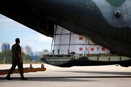 Un cargamento de la vacuna china contra el coronavirus de Sinovac es descargado en la base aérea de Brasilia (Reuters)