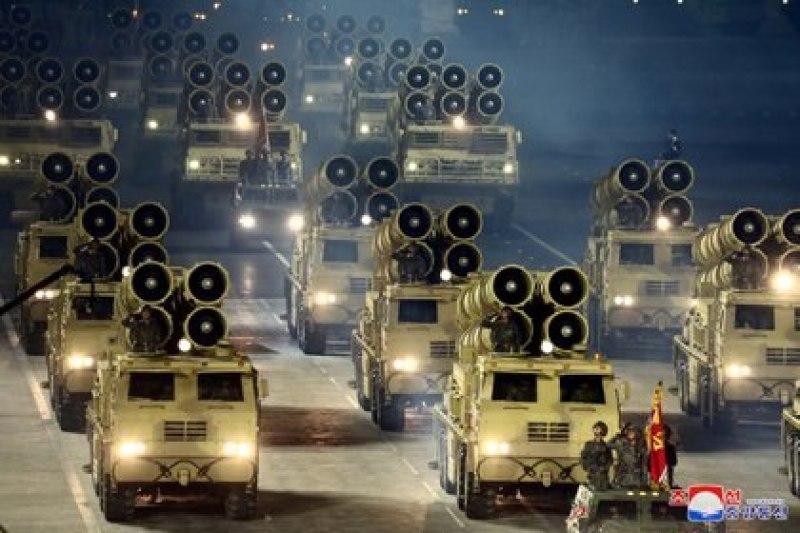 Vehículos militares en el último desfile militar de Corea del Norte (KCNA/REUTERS)