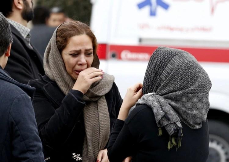 Familiares de los pasajeros tras recibir la noticia(AFP)