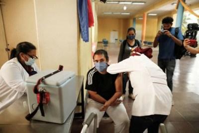 Como ocurre con las otras vacunas aún no hay certezas absolutas sobre cuánto tiempo duraría la protección para prevenir las formas graves y la mortalidad que provoca la enfermedad por COVID-19 (REUTERS)