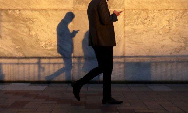 """""""Usted llevará una o más máquinas pequeñas para permanecer constantemente en contacto y para hacer negocios electrónicos dondequiera que esté"""", sostuvo Gates en 1999. REUTERS/Russell Boyce/File Photo"""