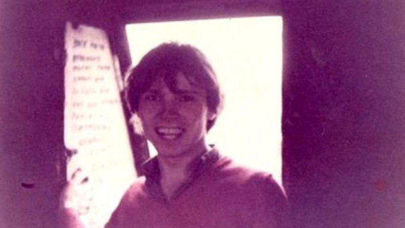 Esteban, adolescente. Aprendió inglés con los long plays de un curso, que tenía una vecina. A cambio, le daba huevos de la gallina que tenían en su casa