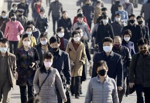 Personas con mascarillas en Pyongyang