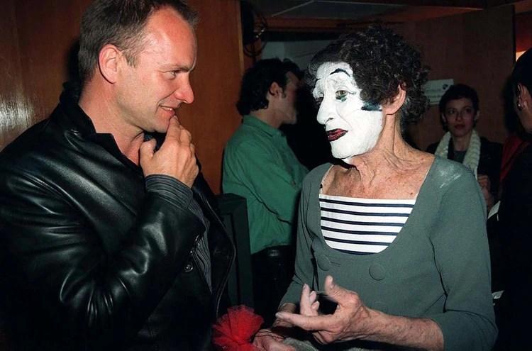 Marcel Marcear junto a Sting, en el Royal Festival del Londres en 1997 (Shutterstock)