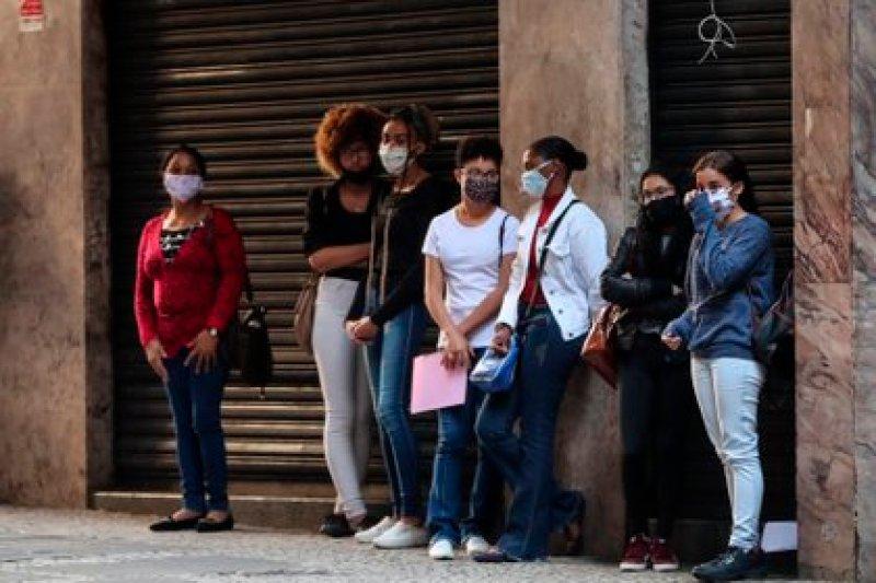 Varias personas hacen fila para aplicar a una opción de empleo, en Sao Paulo (Brasil). EFE/Fernando Bizerra