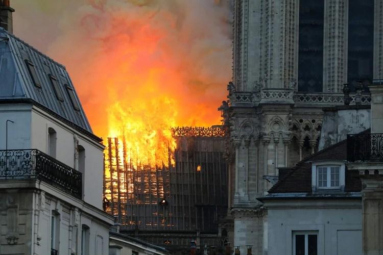 Los bomberos siguen teniendo dificultades para llegar al foco (Foto: LUDOVIC MARIN / AFP)