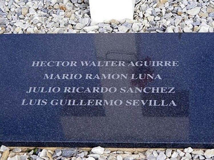 La tumba común en la que apareció el nombre deMario Luna en 2004, luego de la reforma del cementerio de Darwin. Hasta ese momentohabía sido un Soldado Argentino Solo Conocido por Dios