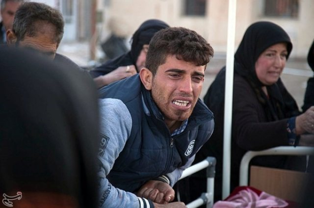 El dolor de un hombre en Sarpol-e Zahaben Kermanshah, Iran (Tasnim News Agency via REUTERS).