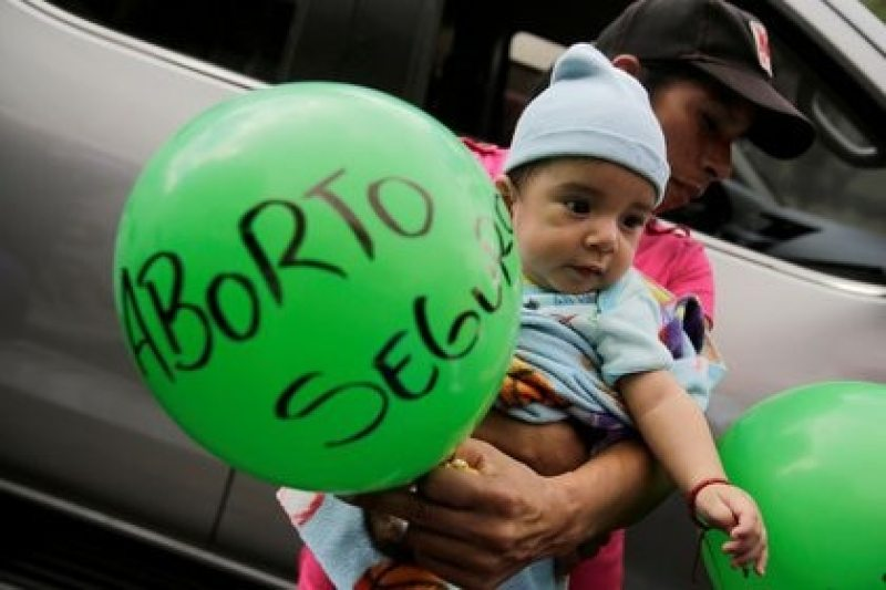 Imagen de archivo. Un hombre carga a su hijo y un globo durante una protesta por el Día Internacional de la Mujer en Tegucigalpa, Honduras. 8 de marzo de 2019 (REUTERS/Jorge Cabrera)
