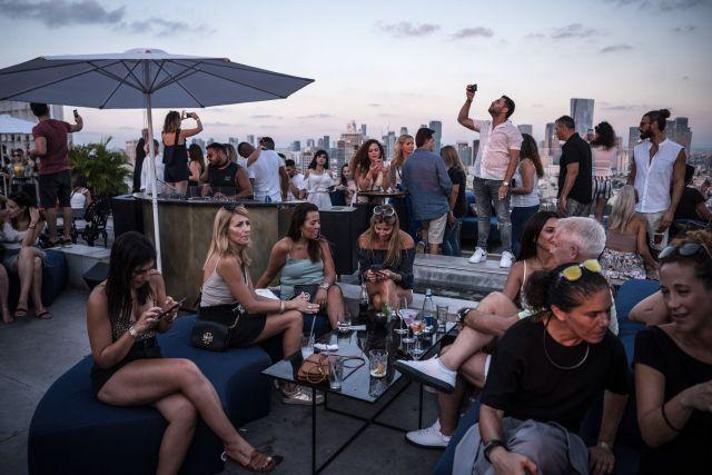 Un bar situado en el techo de un edificio en Tel Aviv. Los judíos seculares se quejan de que una población ultraortodoxa que crece rápidamente impone cargas fiscales y sociales excesivas a otros israelíes.