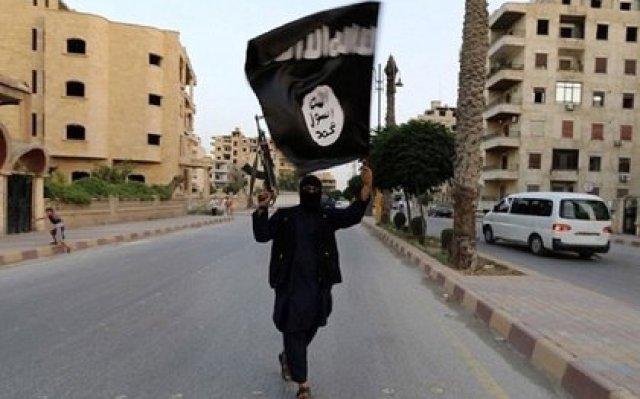Un combatiente del ISIS en Raqqa, capital de facto del califato en Siria