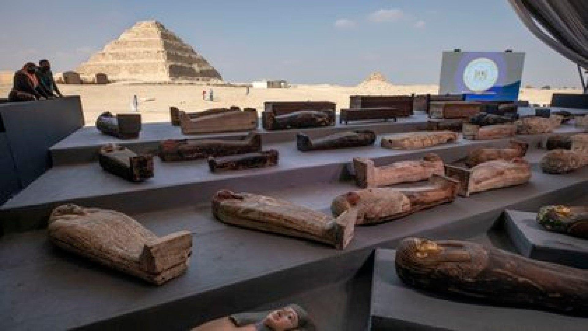 Egipto presentó este sábado un centenar de sarcófagos de más de 2.000 años de antigüedad en perfecto estado (AP/Nariman El-Mofty)