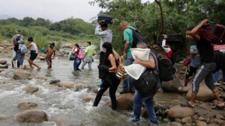 Venezolanos pasan a Colombia ante la crisis en su país