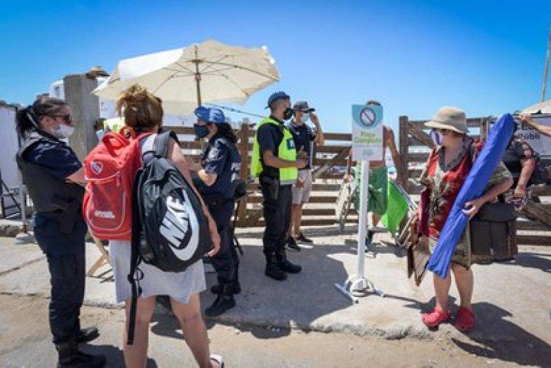 La Policía le explica a los bañistas que ya no pueden ingresar al balneario