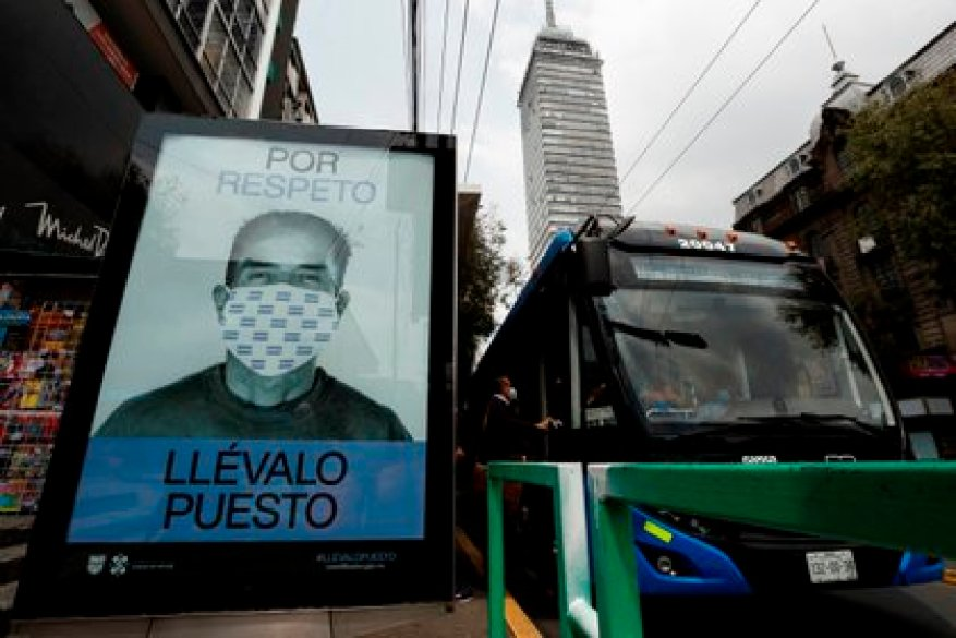 The authorities recommend citizens to keep a healthy distance, wear face masks and wash their hands (Photo: EFE / José Méndez)