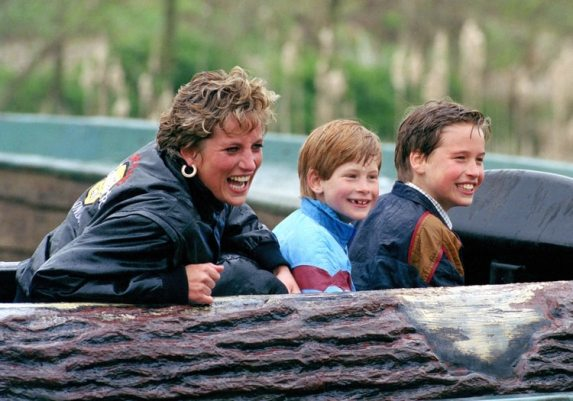 La princesa de Gales junto a sus dos hijos Harry y William