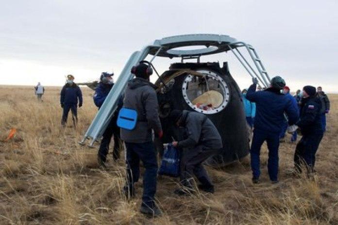 Miembros de un equipo de búsqueda y rescate trabajan en el lugar de aterrizaje de la cápsula espacial Soyuz MS-16 a unos 150 kilómetros al sureste de la ciudad kazaja de Zhezkazgan el 22 de octubre de 2020.  (GCTC/Agencia espacial rusa Roscosmos/Handout vía REUTERS)