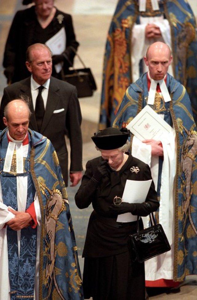 La reina Isabel II camina con el príncipe Felipe, durante el funeral de la princesa Diana, 6 de septiembre de 1997