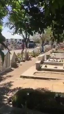 Los motoqueros asaltaron a gente en el camino y luego a personas que se encontraban dentro del cementerio
