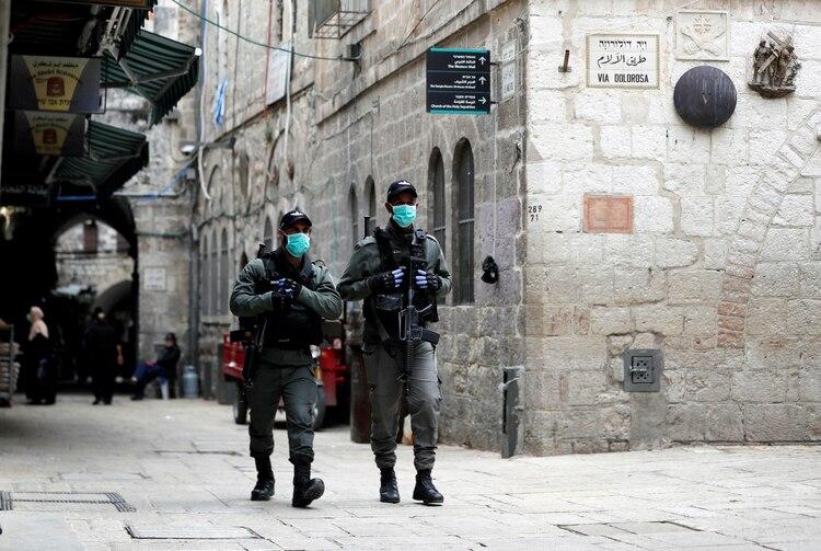 Policía israelí con mascarillas patrullan las calles de Jerusalén. REUTERS/Ammar Awad