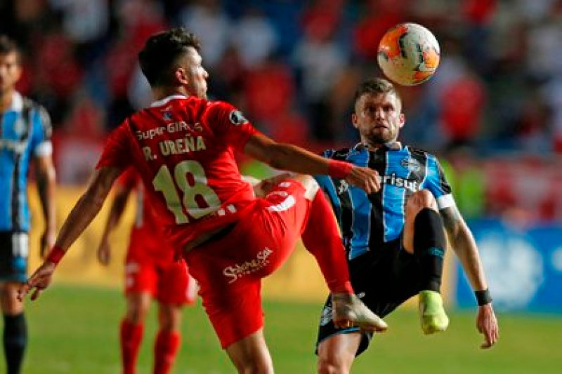 Rodrigo Ureña (i) from América disputed a ball with Caio Henrique Oliveira from Gremio, in a group E match of the Copa Libertadores between América and Gremio, last March at the Pascual Guerrero stadium in Cali (Colombia).  EFE / Ernesto Guzman Jr / Archive