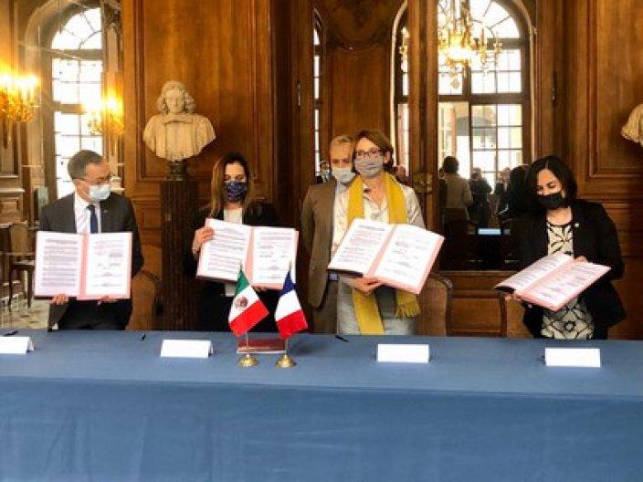 La escritora Beatriz Gutiérrez Müller fue testigo de la firma de una Carta de Intención entre el Gobierno de México y la Biblioteca Nacional de Francia. (Foto: Presidencia)