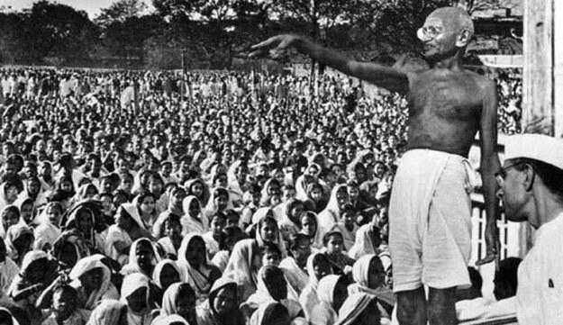 gandhi menyatakan perlawanan pasif terhadap britania