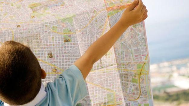 gunakan peta tujuan wisata sebagai salah satu tips liburan hemat