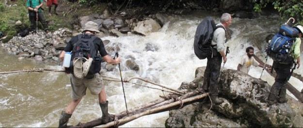 medan berat melintasi sungai menuju basecamp lembah danau-danau