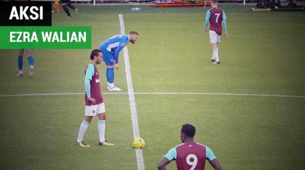 ezra walian (menghadapi bola) saat trial di west ham united