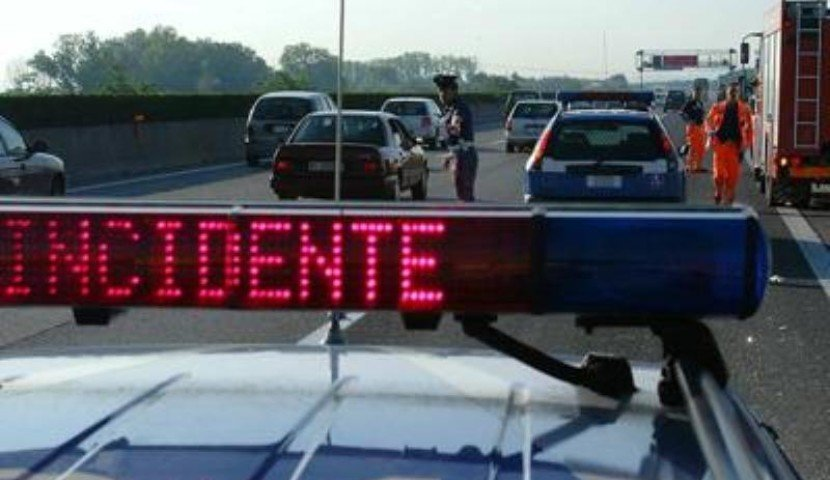 Incidente in autostrada, auto si ribalta