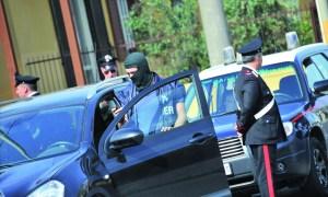 Carabinieri dei ROS perlustrano una villetta di Casapesenna in provincia di Caserta, stamane 21 Maggio 2011, dove si presume si sia nascosto il boss dei casalesi latitante Michele Zagaria ANSA/CESARE ABBATE/