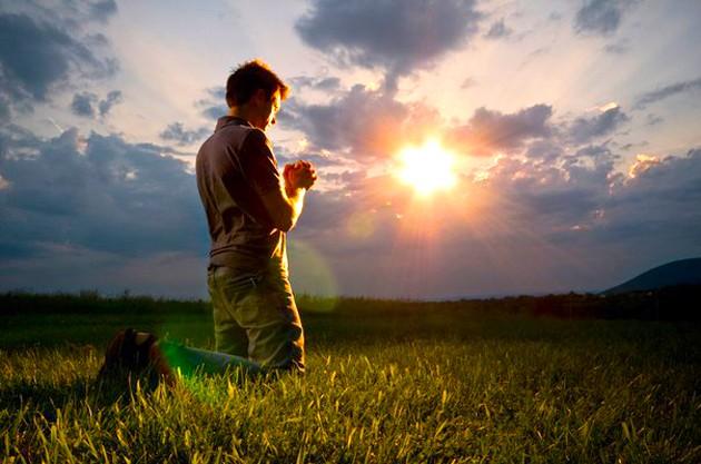 Imagini pentru tanar care se roaga lui Dumnezeu