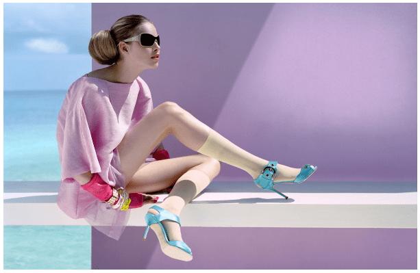Foto fashion oleh Javier Valhonrat. Fotografer ini mengunakan cahaya dan warna dengan baik sehingga pakaian model terlihat menarik