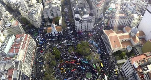 Una multitud desbordó la Plaza de Mayo contra el ajuste
