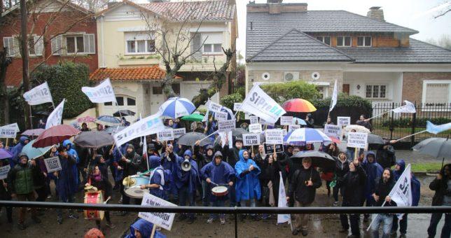 Trabajadores de Telam protestaron en Olivos, mientras Macri justificaba los despidos