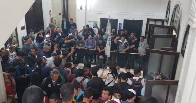 Imputaron a dos dirigentes de ATE por ocupar el Ministerio en defensa de los empleos de Astillero Río Santiago