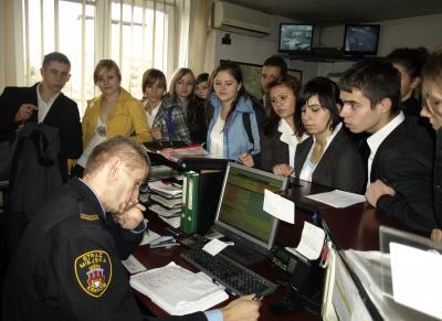 Krakowscy licealiści w rękach strażników miejskich