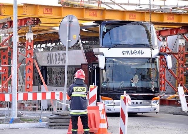 Rondo Ofiar Katynia: Autokar uderzył w konstrukcję budowanej estakady ( video+ zdjęcia )