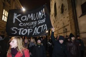 Prawie 15 tys. osób protestowało w środę (25 stycznia) na Rynku Głównym w Krakowie przeciwko podpisaniu przez rząd porozumienia ACTA. Kilkadziesiąt minut trwał protest, który zablokował ruch w centrum Krakowa, komunikacja miejska została puszczona objazdami. Fot.Michał Nowak /INFO Kraków24