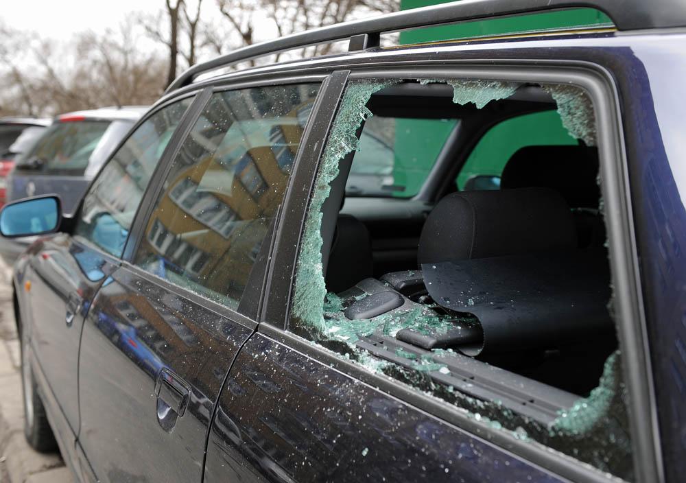 Zdewastowali 14 samochodów zostali ujęci przez policjantów