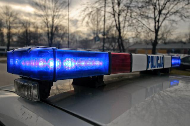 Kierowca Opla , który w sobotni wieczór nie zatrzymał się do kontroli drogowej  a uciekając próbował przejechać policjanta - zatrzymany.