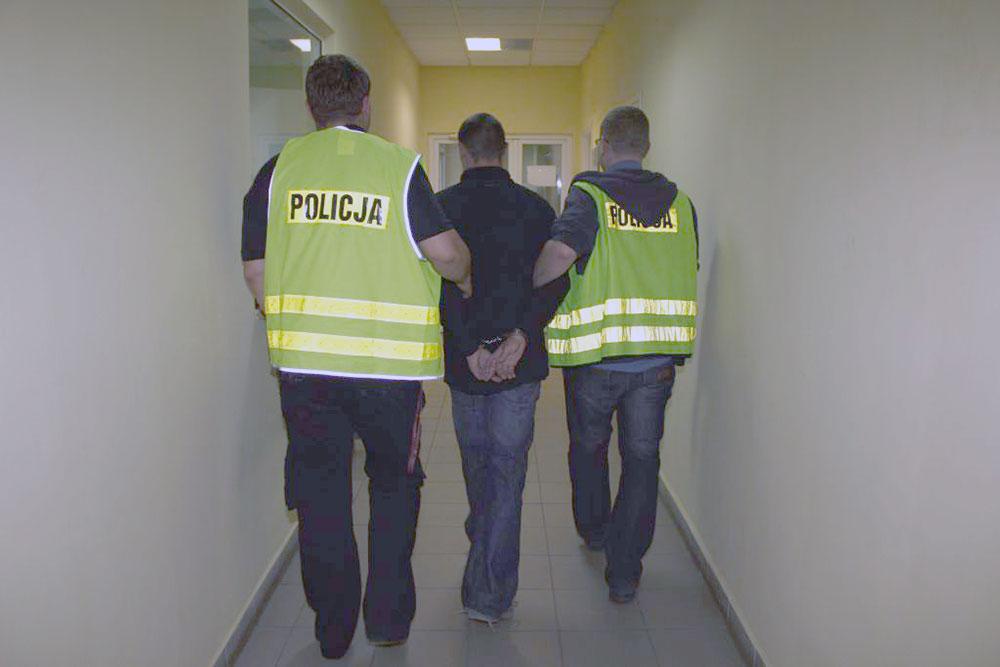 Policja eskortuje zatrzymanego ( fot. archiwum )