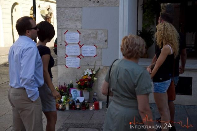 Znicze, kwiaty i portret 24-letnigo mężczyzny pojawiły się na ulicy Grodzkiej w Krakowie, w miejscu, gdzie w nocy z piątku na sobotę został śmiertelnie ugodzony nożem przez pijanego napastnika. Fot.Jan Graczyński / INFO Kraków24