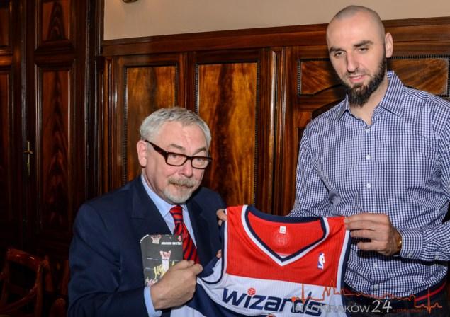 Macin Gortat z wizytą u Prezydenta krakowa Jacka Majchrowskiego. Fot.Bogusław Świerzowski / INFO Kraków24